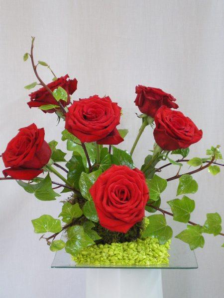 centro de flores hecho con rosas. enviar rosas a domicilio, comprar media docena de rosas