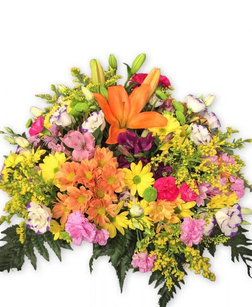 Ramo de flores con muchas flores distintas de colores. Primaveral.