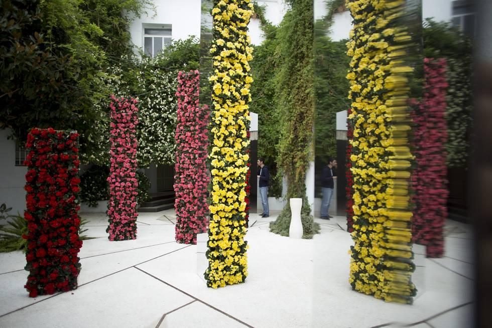 Obra 'Reflexiones de un ojo dorado' del artista londinense Robert Hornsby, presente en el Festival Internacional de las Flores, FLORA, ubicada en el patio de la Delegación de Tursimo de Córdoba. FOTO: El País