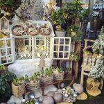 Escaparate de tienda decorado con flores para Navidad