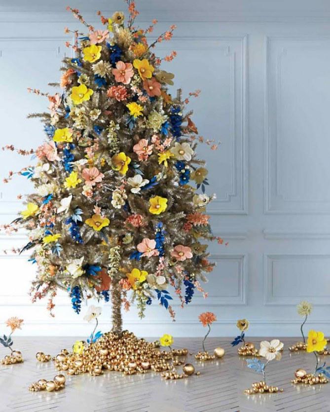 decorar el pino con flores en navidad